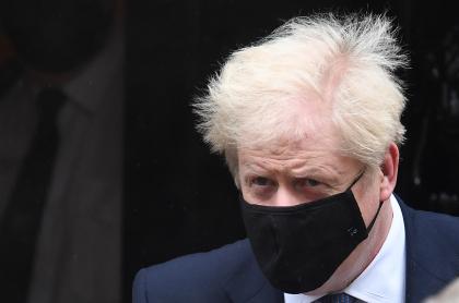 El primer ministro británico, Boris Johnson, que anunciaría este sábado un segundo reconfinamiento general para toda Inglaterra, aparee con tapabocas en Londres el 21 de octubre de 2020.