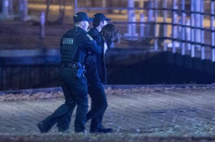 Agentes de policía detienen a un sospechoso cerca de la Asamblea Nacional de Quebec, en Quebec, el primero de noviembre de 2020, después de que dos personas murieran y cinco resultasen heridas por un sospechoso que empuñaba una espada y vestía ropa medieval.
