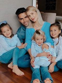 Falcao junto a eso esposa Lorelei Tarón y sus 4 hijos, quienes se disfrazaron de Superman para Halloween