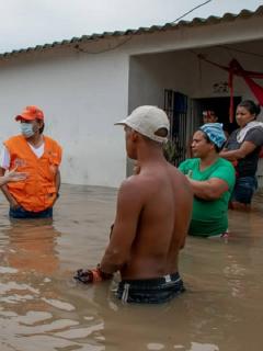 Organismos de socorro atienden a población afectada en Magdalena por lluvias provocadas por el huracán Eta, que en ese departamento ya dejan al menos 8.000 damnificados.