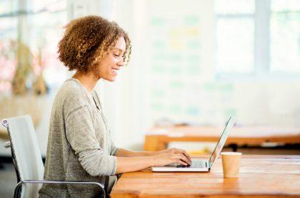 Mujer trabajando en su computador para ilustrar nota sobre ofertas de empleo para cargos directivos