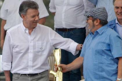Foto de Juan Manuel Santos y 'Timochenko', durante proceso de paz, exjefe guerrillero que confesó atentados a Vargas Lleras desde las Farc
