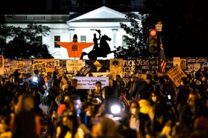 Decenas de manifestantes se dieron cita frente a la Casa Blanca a la espera de los resultados electorales.