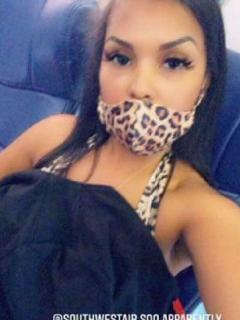 Modelo de Playboy que denunció a aerolínea por casi echarla de vuelo por un escote