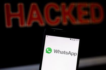 Logotipo de WhatsApp y palabra 'Hacked' para ilustrar nota sobre estafa en la 'app' con código de 6 dígitos