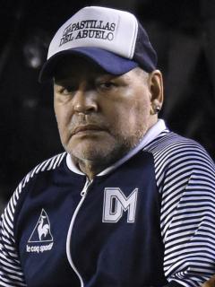 Diego Armando Maradona, quien fue operado por un hematoma subdural, en foto en un partido de Gimnasia de La Plata frente a Independiente en 2020.