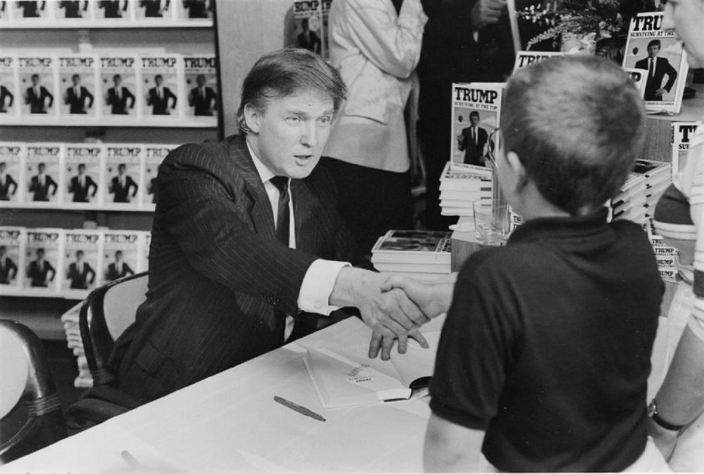 Donald Trump, en una aparición de firma de libros para promover su publicación 'TRUMP: Surviving at the Top', en 1990 / Getty Images.