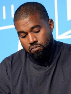 Kanye West pensativo, quien tuvo malos resultados en las elecciones de Estados Unidos