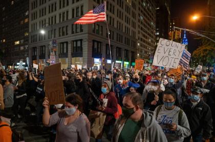 La incertidumbre por los resultados de las elecciones llevó a cientos de personas a las calles en Estados Unidos.