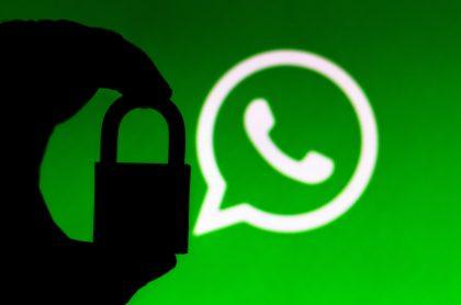 Logotipo de WhatsApp y un candado para ilustrar nota sobre cómo saber si la cuenta de WhatsApp está intervenida