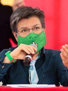 Imagen de Claudia López, que en la imagen habla durante una rueda de prensa, a propósito de un nuevo agarrón con el Gobierno.