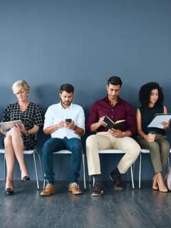 Personas esperando entrevista de trabajo para ilustrar nota sobre vacantes de empleo en Falabella