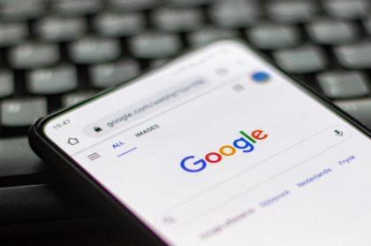 Imagen de buscador de Google en un celular para ilustrar nota sobre trucos de Google