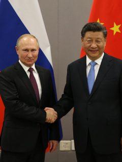 Vladimir Putin y Xi Jinping, presidentes de Rusia y China,  duarnte un evento público.