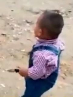 Irresponsables le dan una navaja a un menor, como si fuera un juguete.