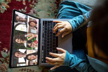 El 'Zoom snooping' es la técnica con la que ciberdelincuentes podrían adivinar todo lo que escribe durante una videollamada.