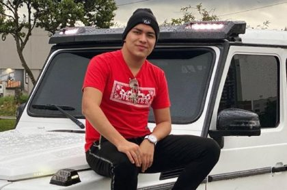 Yeison Jiménez subido en su camioneta Mercedes Benz.