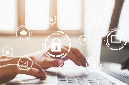 Persona trabajando en computador para ilustrar nota sobre contraseñas más seguras, inseguras y comunes