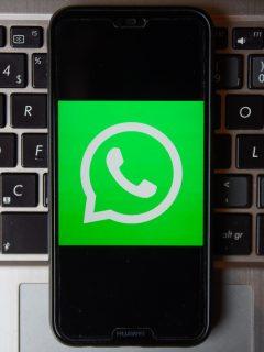 Logotipo de WhatsApp y computador para ilustrar nota sobre 4 extensiones de Google Chrome en las que se integra WhatsApp Web