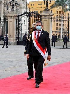 Manuel Merino de Lama al salir de la ceremonia de investidura como presidente del país, hoy, en Lima (Perú)