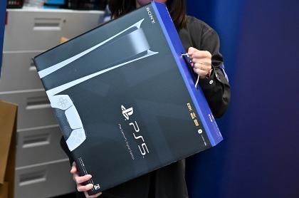 Un empleado prepara la nueva consola de juegos Sony PlayStation 5 para un cliente el primer día de su lanzamiento, en una tienda de electrónica en Kawasaki, prefectura de Kanagawa, Japón, el 12 de noviembre de 2020.