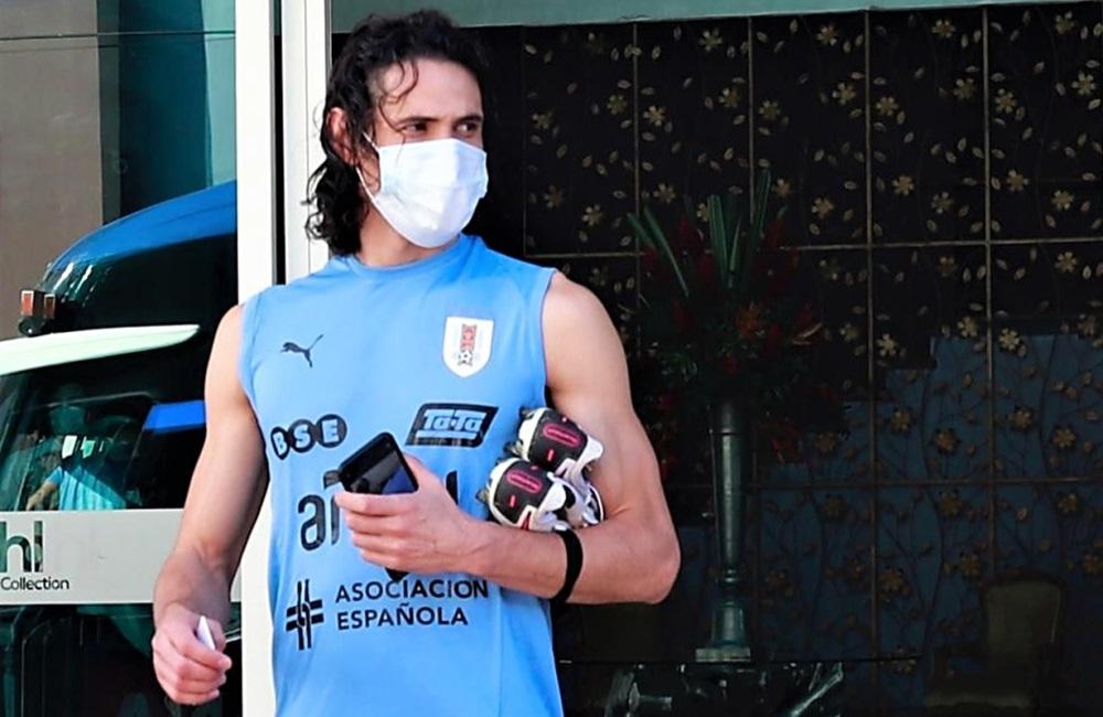 Édinson Cavani, delantero del elenco del Río de la Plata, buscando la sombrita.