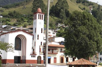 Mujerentutelóa iglesia, en Caldas, por ruido de campanas