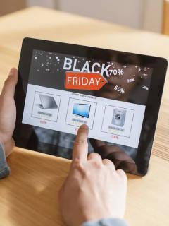 Persona compra en Black Friday por medio de una tableta para ilustrar nota sobre consejos para aprovechar ofertas en Colombia en la jornada de 2020