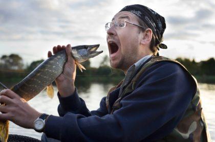 Hombre con pez, ilustra nota de médicas que sacaron pez vivo de garganta de hombre