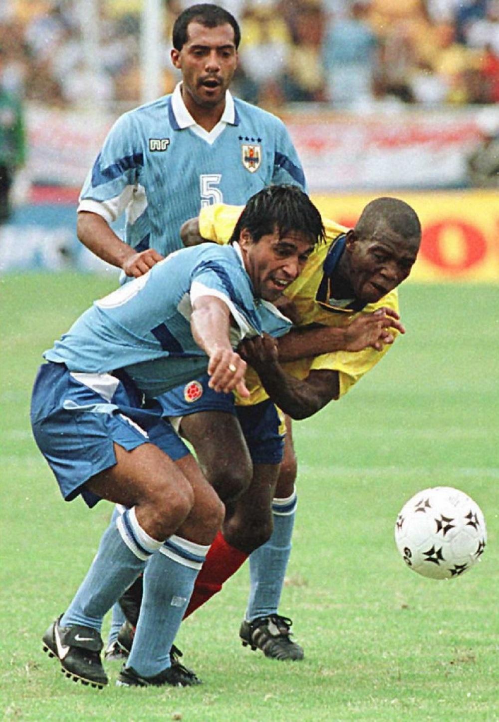 El jugador uruguayo Tabaré Silva lucha por el balón con Antonio Moreno durante el partido de eliminatorias de Francia 98 en Barranquilla. Ese día marcaron Faustino Asprilla, el 'Pibe' Valderrama y Anthony De Ávila. Por Uruguay lo hizo Cedrés.