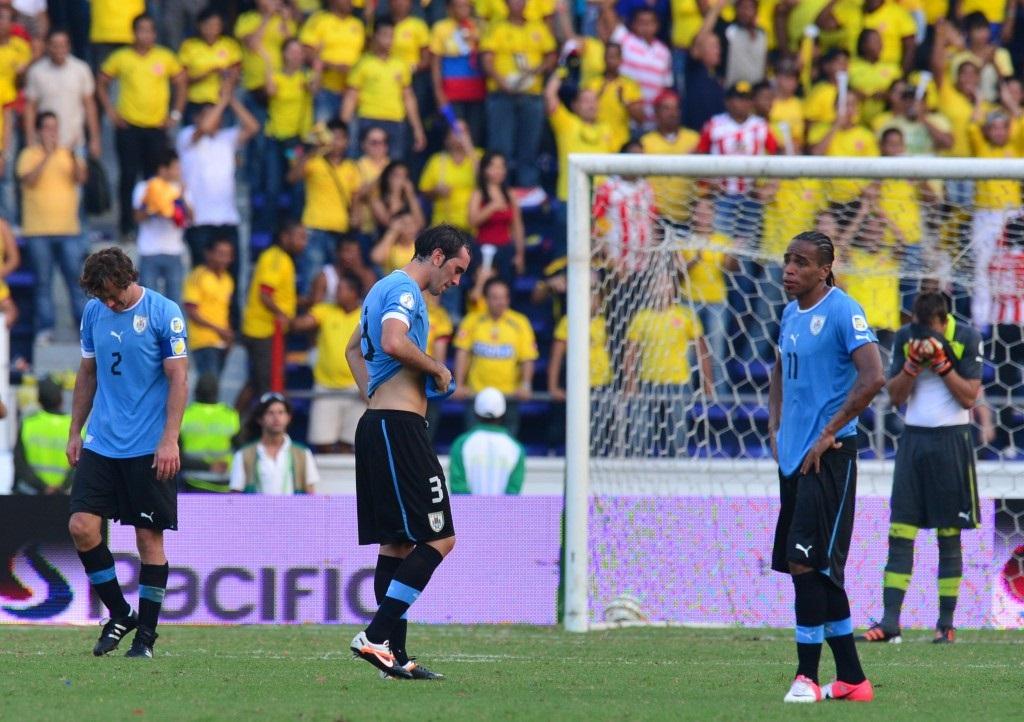 A Uruguay no le sienta nada bien Barranquilla. Para las eliminatorias a Brasil 2014 sus jugadores quedaron fundidos. En la imagen, Lugano, Godín, Pereira y Muslera.