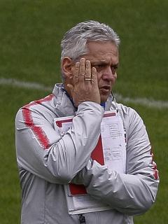Reinaldo Rueda, cuyas críticas al Inter de Milán fueron rechazadas por ese equipo, aparece durante un entrenamiento de la selección de Chile en Sao Paulo, Brasil, el 5 de julio de 2019.