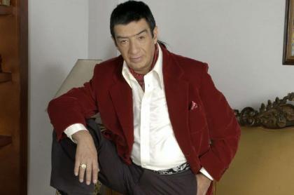 Alfonso Ortiz, actor que murió y del que revelaron cómo fueron sus últimas horas de vida, posando en una foto en 'La hija del Mariachi'