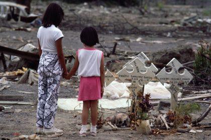 Niñas en frente de tumbas en Armero para ilustrar nota sobre testimonios de la tragedia, a propósito de los 35 años de la avalancha