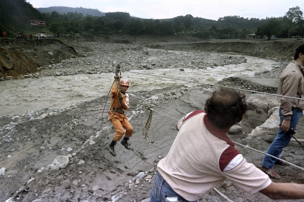 El 13 de noviembre de 1985 el volcán Nevado del Ruiz, inactivo durante mucho tiempo, desde 1845, entró en erupción arrojando rocas, agua, lodo y cenizas, matando a más de 25.000 personas y borrando la ciudad de Armero / AFP.