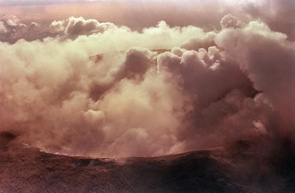 El cráter del volcán Nevado del Ruiz ardía días después de la erupción que destruyó el pueblo montañoso de Armero / AFP.