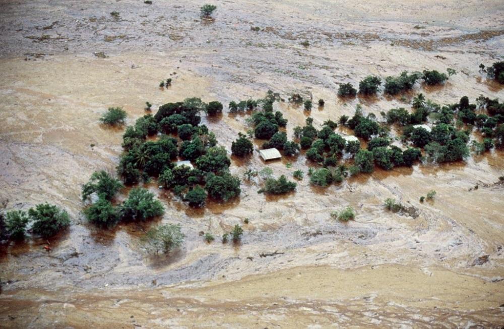 Vista aérea de Armero, sumergido por las inundaciones después de que el volcán Nevado del Ruiz hiciera erupción. Las maniobras de rescate duraron semanas / AFP.