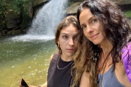 Foto de Sofía Estrada y Paola Turbay, a propósito de la sexi foto en bikini de la menor.