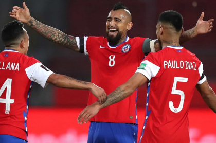Chile vence 2-0 a Perú en la Eliminatoria con doblete de Vidal.