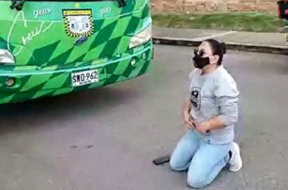 Diana Rojas bloqueó el bus del Boyacá Chicó, pidiendo que Edurdo Pimentel le pague la palta que le debe.