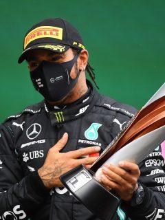 Lewis Hamilto celebrando su nuevo título de Fórmula 1, luego de ganar el Gran Premio de Truquía.