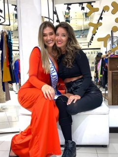 María Fernanda Aristizábal y Daniella Álvarez en la tienda de la Señorita Colombia 2011.