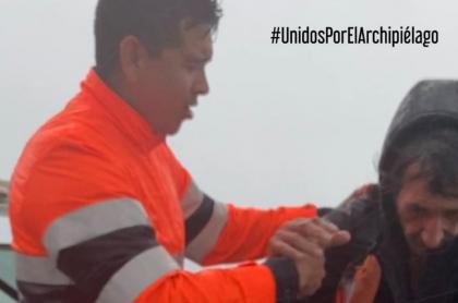 Armada de Colombia rescata al italiano Gianfranco del Signore de los vientos de Iota, en San Andrés, Colombia.