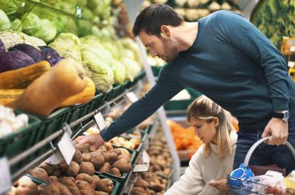 Ilustración de personas comprando papas
