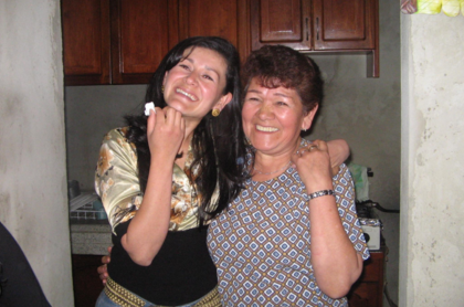 Señora Villarreal, con su hija 20 años después, en su casa en Fontibón, Bogotá. Familia Villarreal frente a la iglesia, antes de la toma guerrillera en Alpujarra, Tolima.