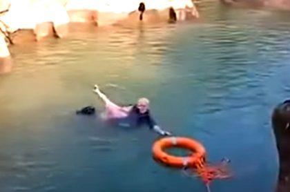 Hombre salva a mujer de morir ahogada.