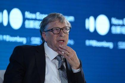 Al fundador de Microsoft se le vio muy contento recibiendo la vacuna contra el COVID-19. No específico la empresa productora del fármaco.