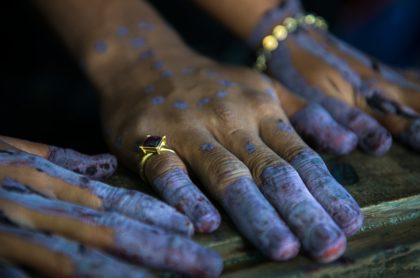 Manos pintadas con anillo, ilustra nota de niña de 13 años que fue obligada a casarse con hombre de 48 años
