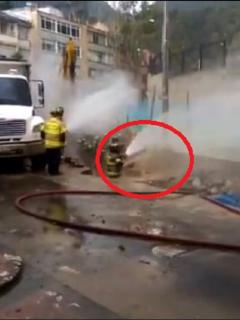 La fuga de gas ocurre en una vía del centro de Bogotá, y obligó a evacuar toda una zona