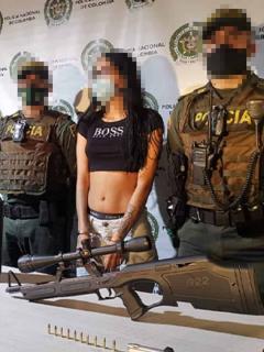 La joven portaba el estuche con el arma larga y varios cargadores.